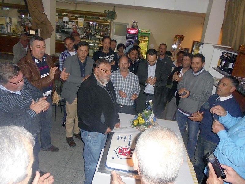 Sócio mais antigo do clube a cortar o bolo no 65º Aniversário do Clube de Futebol Vasco da Gama.